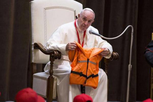 Papa Francesco e il salvagente di una piccola migrante