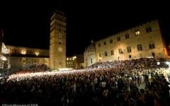 Pistoia: arte varia in Piazza Duomo con Ugo Pagliai che recita «Pierino e il lupo»