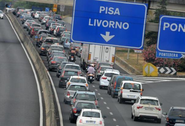 La fila in direzione mare sulla superstrada Firenze-Pisa-Livorno, 21 luglio 2012. Traffico sostenuto su alcune arterie stradali e autostradali ma senza situazioni 'drammatiche' o da bollino rosso: è quanto segnala il Ciss-Viaggiare informati, il quale ricorda che sulle autostrade è vietato il transito fino alle ore 23 ai mezzi pesanti nella giornata di oggi e alle ore 24 in quella di domani. Il traffico molto intenso è atteso domani pomeriggio per i primi rientri dalle località di vacanza. ANSA/STRINGER