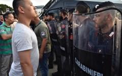 Un momento degli scontri tra forze dell'ordine e circa 300 cinesi radunatisi in n piazza Marconi all'Osmannoro