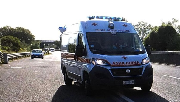 Contromano in superstrada Pisa-Firenze provoca tre incidenti - ambulanza