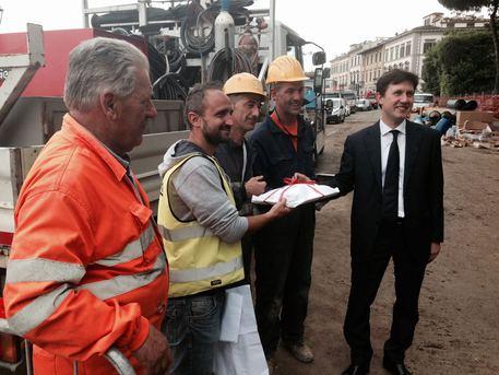 Il sindaco Nardella con gli operai del cantiere del lungarno Torrigiani
