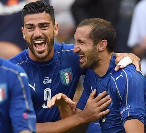 Pellè abbraccia Chiellini: sono loro i goleador della fantastica vittoria sulla Spagna