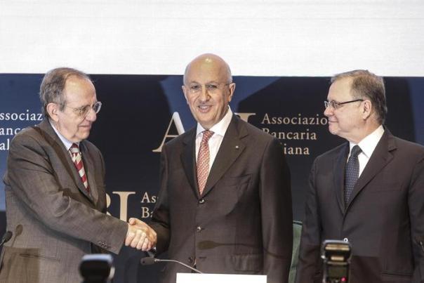 Pier Carlo Padoan (s), Antonio Patuelli e Ignazio Visco  durante la 56°Assemblea ABI
