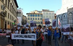 Firenze: manifestazione di animalisti contro le carrozzelle trainate da cavalli