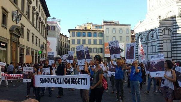 Manifestazione animalisti contro fiaccherai a Firenze