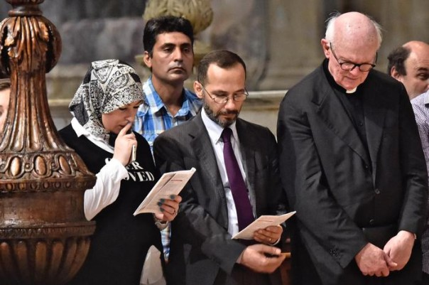 L' imman di Firenze Elzir Izzedin (c) con mons.Timothy Verdon, durante la messa domenicale nel duomo di Firenze, 31 luglio 2016. ANSA/MAURIZIO DEGL INNOCENTI