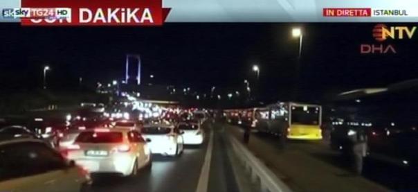 Il fermo immagine tratto da Sky Tg24 mostra le file di veicoli dopo che l'esercito turco ha chiuso l'accesso a due ponti sul Bosforo a Istanbul, 15 luglio 2016. ANSA/FERMO IMMAGINE SKY TG24 +++EDITORIAL USE ONLY - NO SALES+++