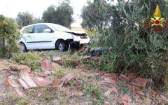Pelago: auto in fiamme finisce contro un albero. Conducente salvato dai vigili del fuoco