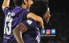 Sanchez esulta dopo il gol decisivo al Chievo insieme ad Astori