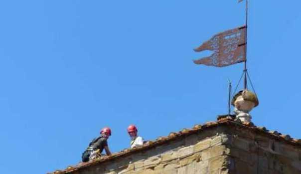 Maltempo: si stacca croce campanile pieve Santa Maria ad Arezzo