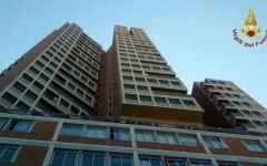 Livorno: incendio nel grattacielo. Vigili del fuoco acrobati si calano con le corde
