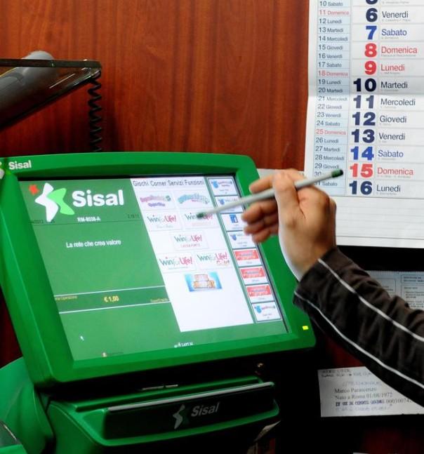 Una ricevitoria del centro storico dove si tenta la fortuna giocando al SuperEnalotto, Roma, 19 Aprile 2012. ANSA / MARIO DE RENZIS