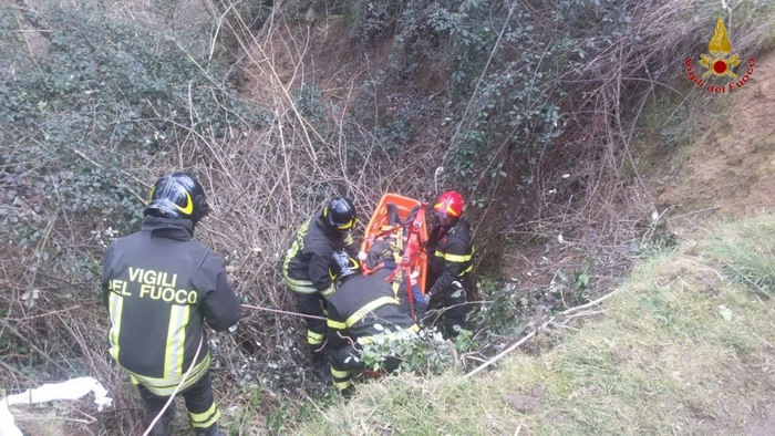 Cade in dirupo, soccorso da vigili del fuoco