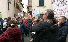Banca Etruria, Laterina: protesta di 300 risparmiatori truffati a casa della ministra Boschi
