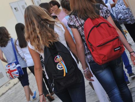 Due ragazzine all' ingresso di una scuola media , oggi 14settembre2011 a Pisa. ANSA/FRANCO SILVI