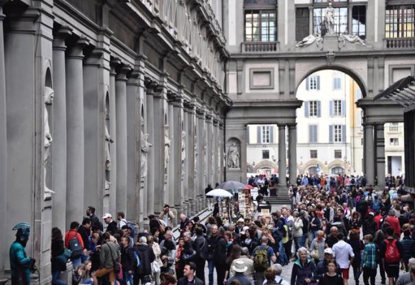 Code di turisti alla Galleria degli Uffizi, Firenze, 20 maggio 2016. ANSA/MAURIZIO DEGL INNOCENTI