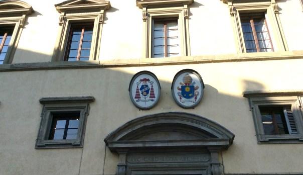 stemma-papa-palazzo-arcivescovile