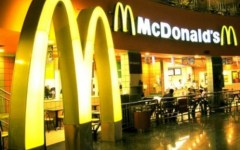 McDonald's e polemiche: a Roma rivolta dei cardinali. A Firenze l'azienda fa ricorso al Tar
