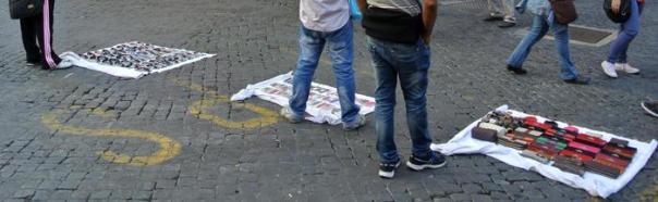 Ambulanti abusivi in via dell'Umilt??, a Roma, davanti alla sede del Pdl, 20 ottobre 2012. ANSA/ LUCIANO DEL CASTILLO