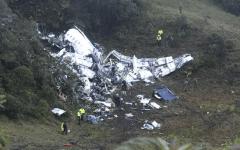 I resti dell'aereo della squadra brasiliana vicino a Medellin, in Colombia