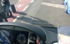 Piombino: bus con parabrezza lesionato bloccato dalla polstrada. Ritardata la visita degli studenti