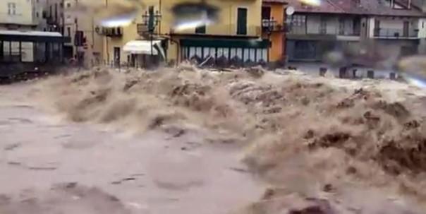 Un'immagine tratta da un video di skytg24 mostra l'esondazione del Tanaro a Garessio, Cuneo, 24 novembre 2016. ANSA/SKYTG24 ++ NO SALES, EDITORIAL USE ONLY ++ NO TV USE ++