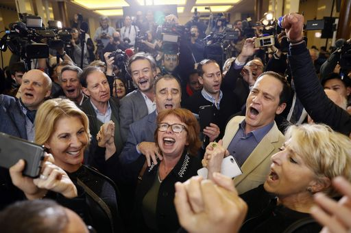 I sostenitori di Fillon esultano all'arrivo dei risultati delle primarie