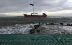 Maltempo, Livorno: mercantile incagliato sotto costa per il forte vento