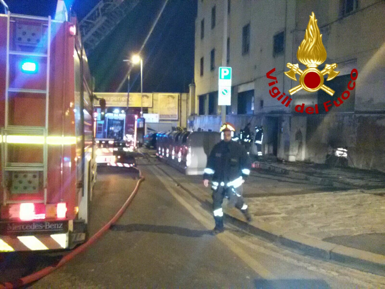 Firenze: brucia un palazzo, otto persone scappano sul tetto