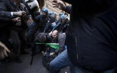 Roma: la protesta di tassisti e ambulanti degenera, con lancio di bombe carta. Quattro manifestanti fermati