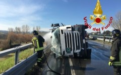 Siena: autocisterna si ribalta sulla 429 a San Gimignano. Traffico in tilt fra Certaldo e Poggibonsi