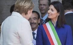 Roma: Merkel stringe la mano a Raggi e le dice: «Lei è la sindaca, suppongo» (video)