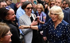 Carlo d'Inghilterra dai terremotati di Amatrice. Camilla, a Firenze, con le ex ragazze di strada seguite da Arcobaleno