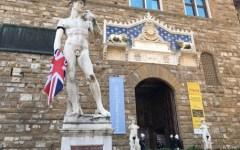 Firenze: David in Piazza Signoria con bandiera uk in mano e lutto al braccio. Condanna dell'attentato di Manchester