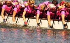 Florence Dragon Lady: donne in barca sull'Arno per «Sieci si tinge di rosa». Campagna contro il tumore al seno