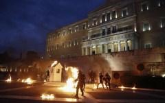 Atene: il Parlamento approva nuove misure d'austerità, proteste e scontri nelle piazze