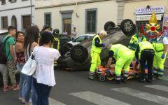 Firenze, incidente stradale: auto si ribalta in via Carnesecchi. Donna sbalzata dalla macchina. Ferito anche il marito (Foto)