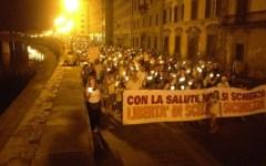 Pisa: Protesta antivaccino. Corteo di oltre 2.000 persone, in gran parte famiglie