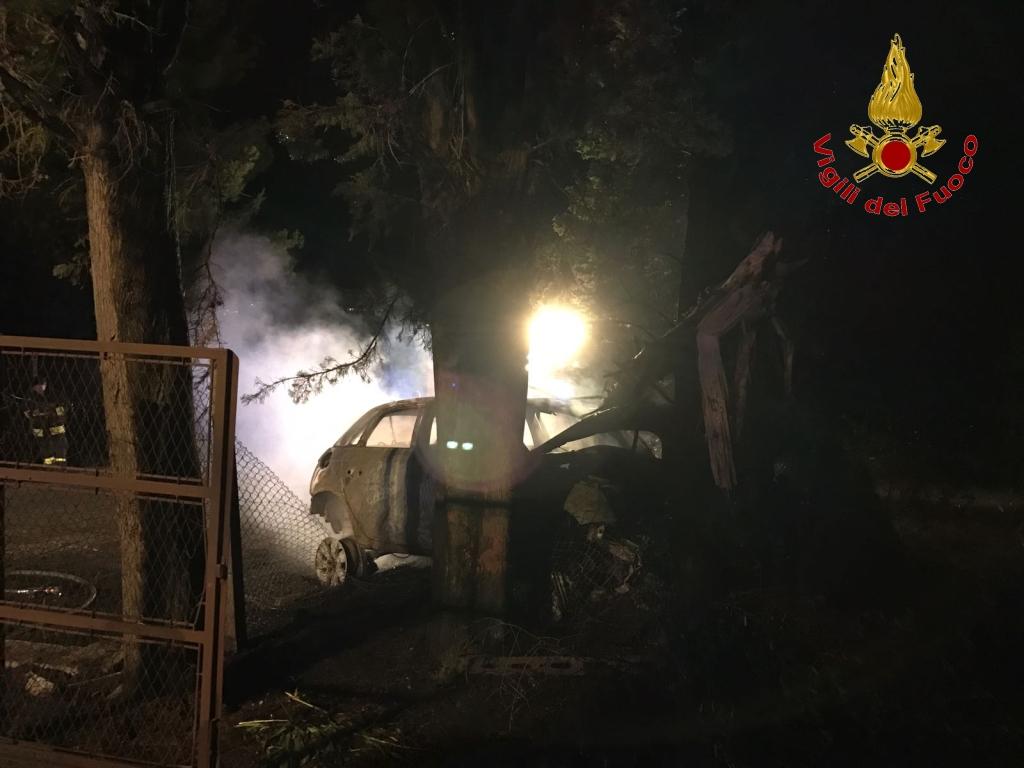 San Miniato (Pisa): cadavere carbonizzato nell'auto in fiamme, finita fuori strada