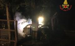 San Miniato (Pisa): cadavere carbonizzato nell'auto in fiamme, finita fuori strada (Foto)