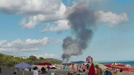Paura a Roccamare: la pineta è in fiamme ei turisti scappano