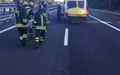 Autostrada A12: furgone investe due giovani a piedi. Uno è morto l'altro è ferito grave