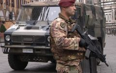 Firenze: in piazza del Duomo con un coltello insanguinato. Fermato da militari e polizia