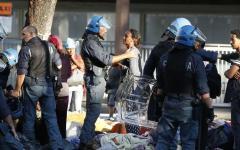 Roma: rivolta di migranti, occupanti abusivi. Scontri, la polizia usa gli idranti