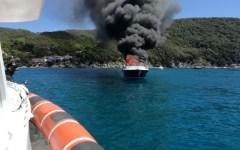 Portoferraio (Li): incendio su un motoscafo, quasi distrutto, salvo l'equipaggio