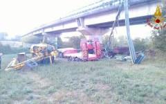 Siena, incidente: camion precipita dal viadotto. Camionista estratto vivo dai vigili del fuoco