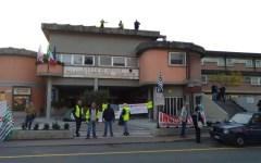 Aulla: operai protestano e salgono sul tetto del Comune