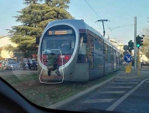 Firenze, ragazzo aggrappato a un tram in movimento