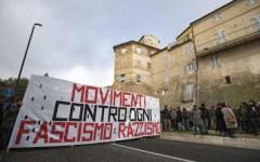 Macerata: marcia contro il fascismo, cori contro Minniti, nessuno ricorda Pamela